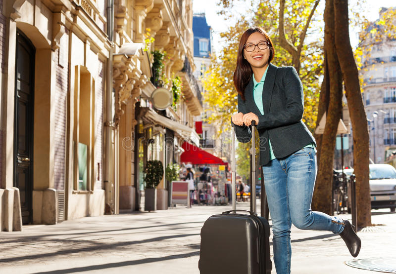 Gelukkige reiziger met koffer op de straat royalty-vrije stock foto's