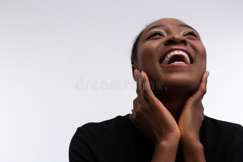 Gelukkige richtende donker-gevilde vrouw die gelukkig en vrolijk voelt royalty-vrije stock foto