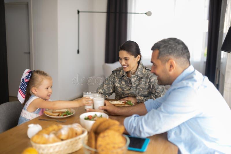 Gelukkige richtende familie die ontbijt allen hebben samen royalty-vrije stock foto's