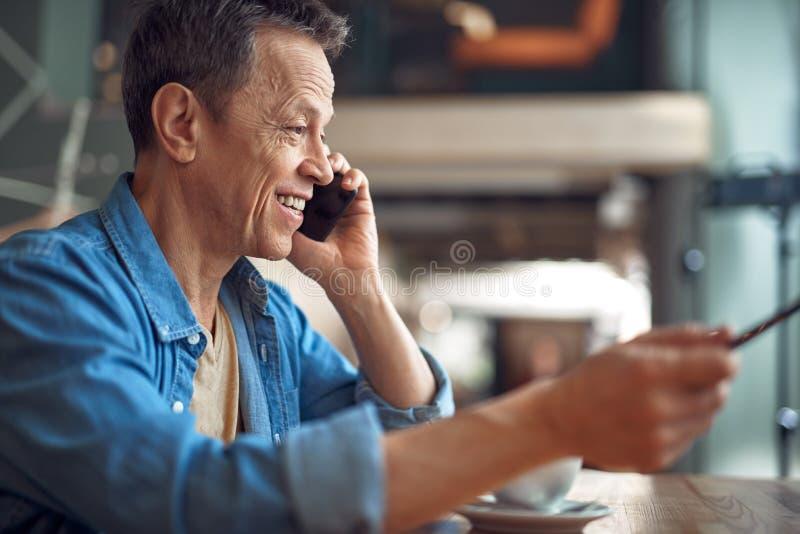 Gelukkige rijpe mens die door mobiele telefoon bespreken royalty-vrije stock foto's