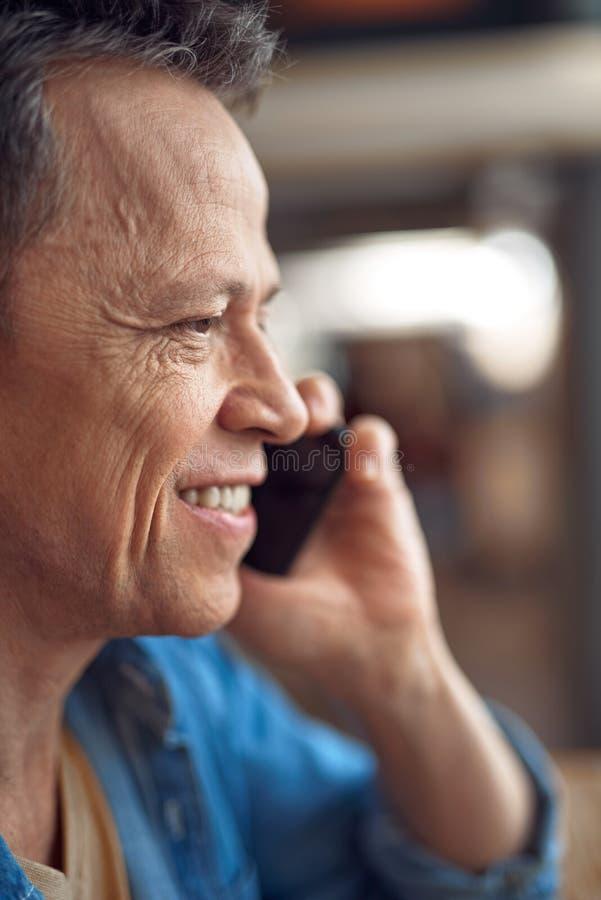 Gelukkige rijpe mens die op mobiele telefoon spreken royalty-vrije stock foto