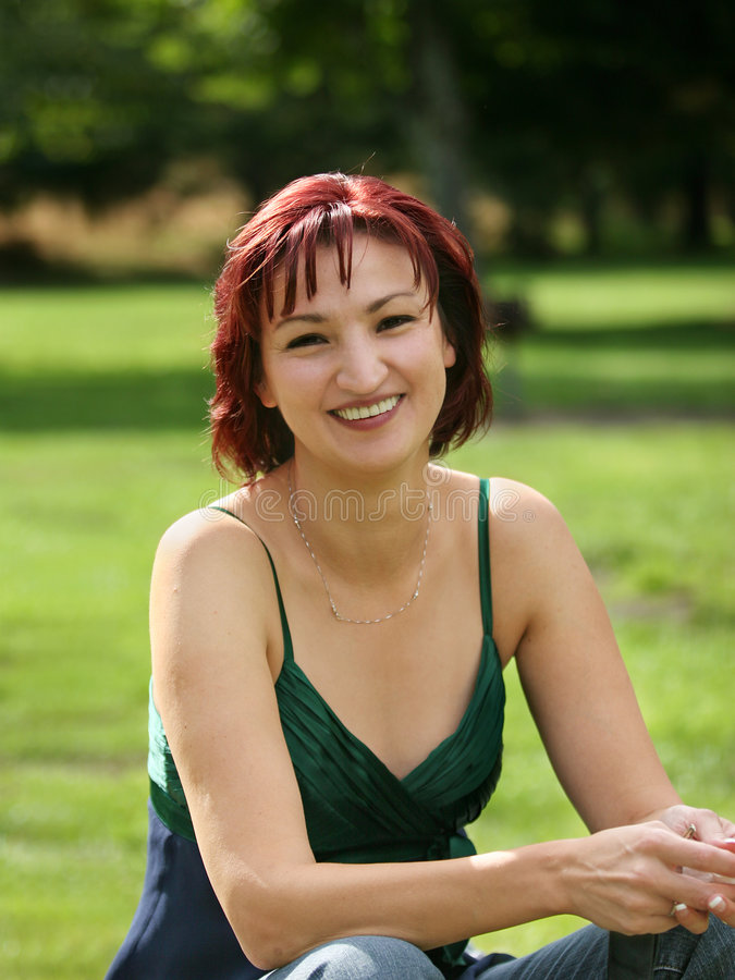 Download Gelukkige rijpe vrouw stock foto. Afbeelding bestaande uit lach - 285770