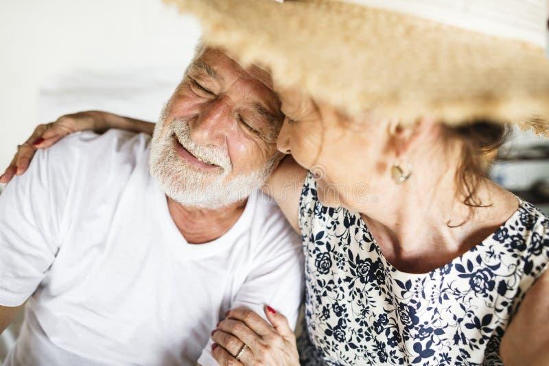Gelukkige rijpe vrouw die haar echtgenoot bekijken royalty-vrije stock afbeeldingen