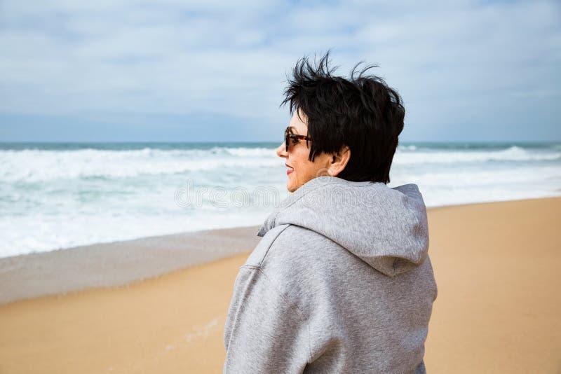 Gelukkige rijpe vrouw die van Vakantie genieten stock afbeeldingen