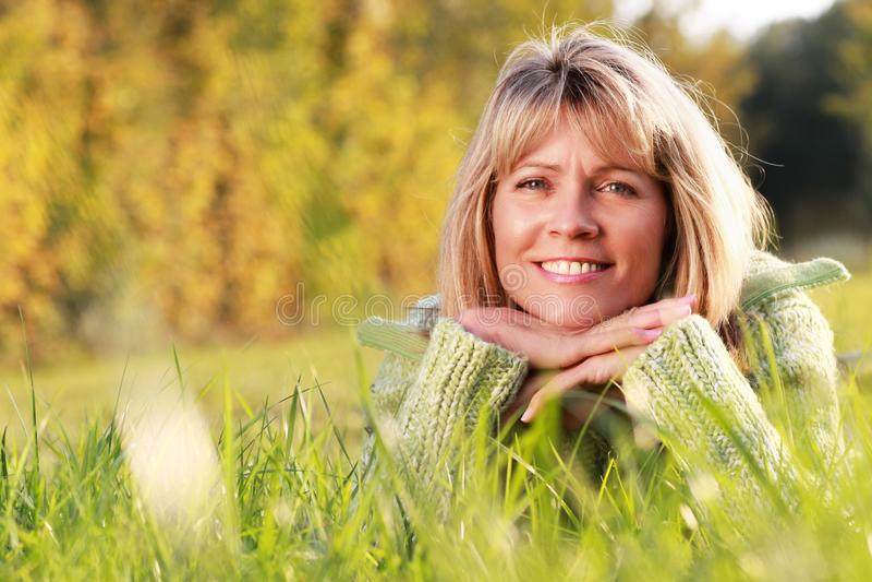 Gelukkige rijpe vrouw met trui royalty-vrije stock fotografie