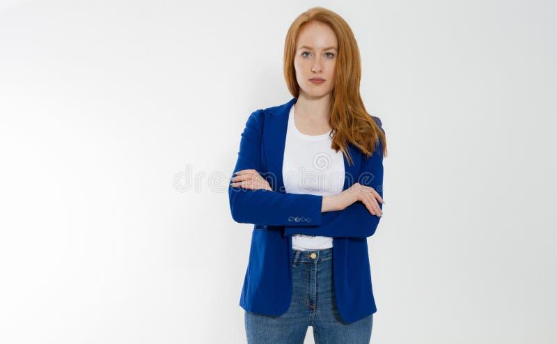 Gelukkige rode haired bedrijfsvrouw in malplaatje lege witte t-shirt en modieus jasje op grijze achtergrond Zelfcarrière stock afbeeldingen