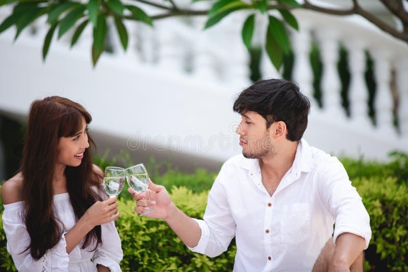 Gelukkige Romantische Parenminnaar die en het drinken wijn terwijl het hebben van een picknick thuis spreken stock foto