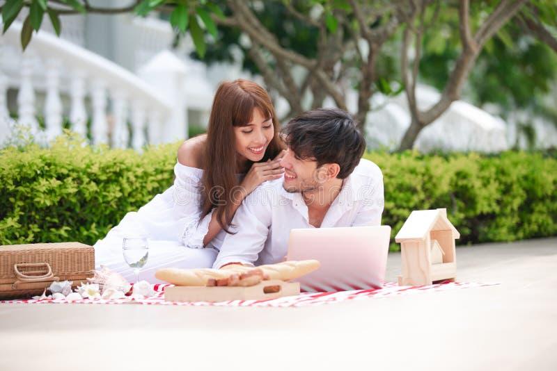 Gelukkige Romantische Parenminnaar die en het drinken wijn terwijl het hebben van een picknick thuis spreken royalty-vrije stock afbeelding