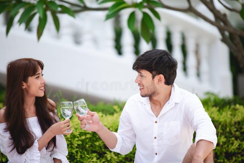 Gelukkige Romantische Parenminnaar die en het drinken wijn terwijl het hebben van een picknick thuis spreken stock foto's
