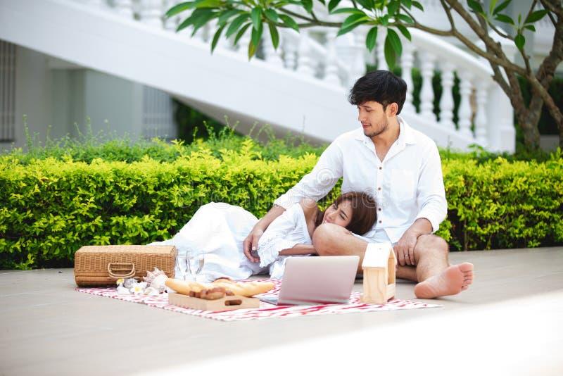 Gelukkige Romantische Parenminnaar die en het drinken wijn terwijl het hebben van een picknick thuis spreken stock afbeeldingen
