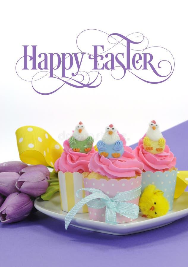 Gelukkige roze, gele en blauwe cupcakes van Pasen met steekproeftekst royalty-vrije stock fotografie