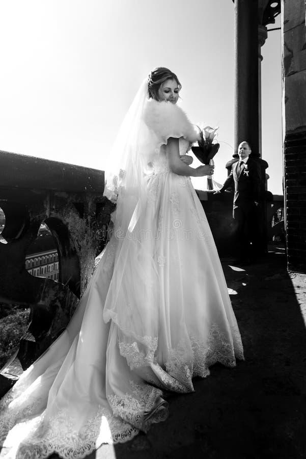 Gelukkige schitterende bruid en modieuze bruidegom met ware emoties op stock foto's