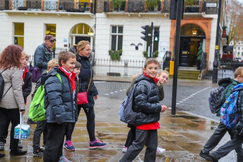 Gelukkige schooljongens en meisjes in Londen stock afbeeldingen