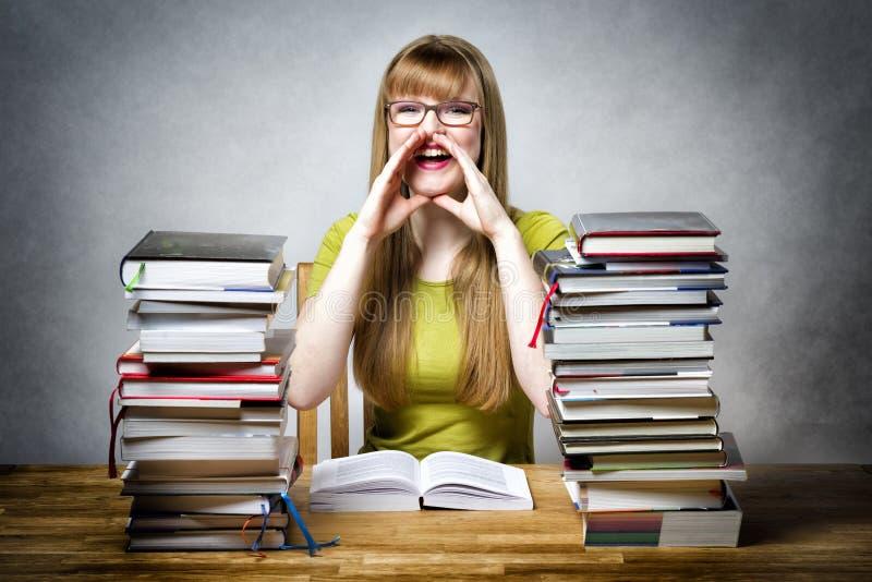 Gelukkige schoolmeisjevrouw met boeken stock afbeeldingen