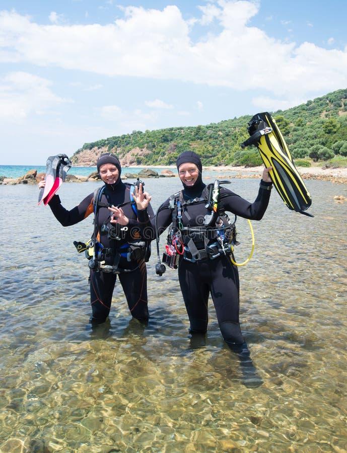 Gelukkige scuba-duikers stock fotografie