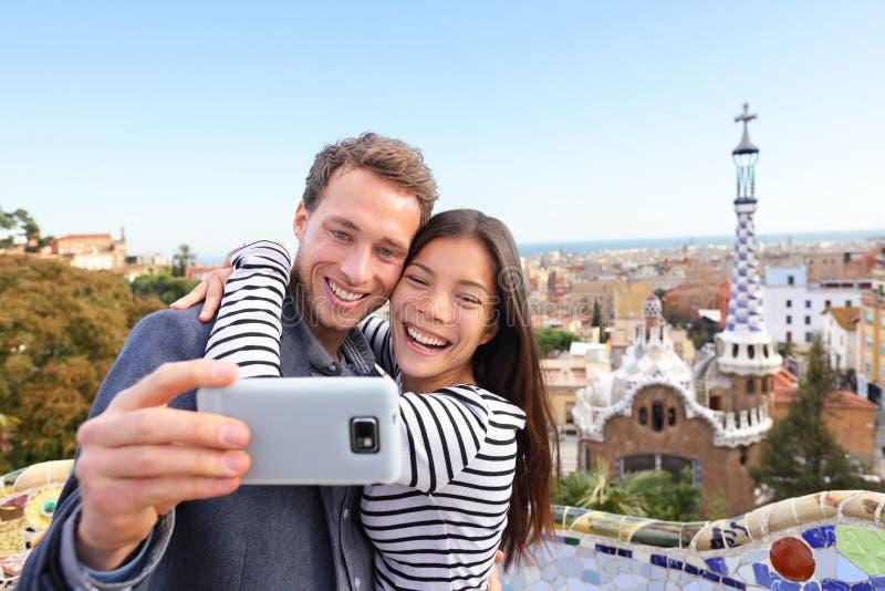 Gelukkige selfie van het reispaar, Park Guell, Barcelona royalty-vrije stock foto