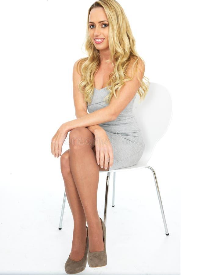 Gelukkige Sensuele Jonge Bedrijfsvrouw die Mini Dress dragen royalty-vrije stock foto's