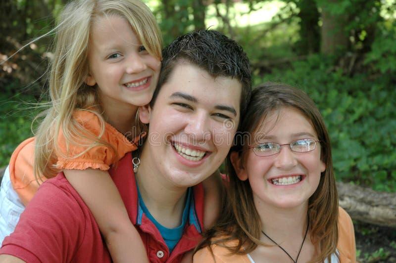 Gelukkige siblings stock afbeeldingen