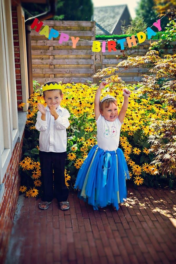Gelukkige siblings bij verjaardagspartij royalty-vrije stock fotografie