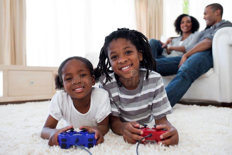 Gelukkige siblings die videospelletje spelen royalty-vrije stock afbeelding