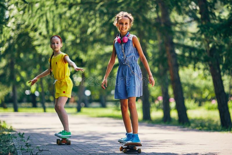 Gelukkige skateboarders stock afbeeldingen