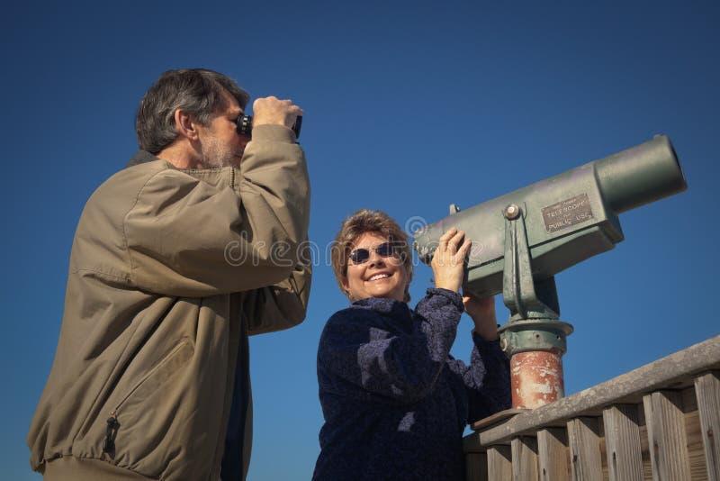 Gelukkige Skywatching en Vogelobservatie stock foto's