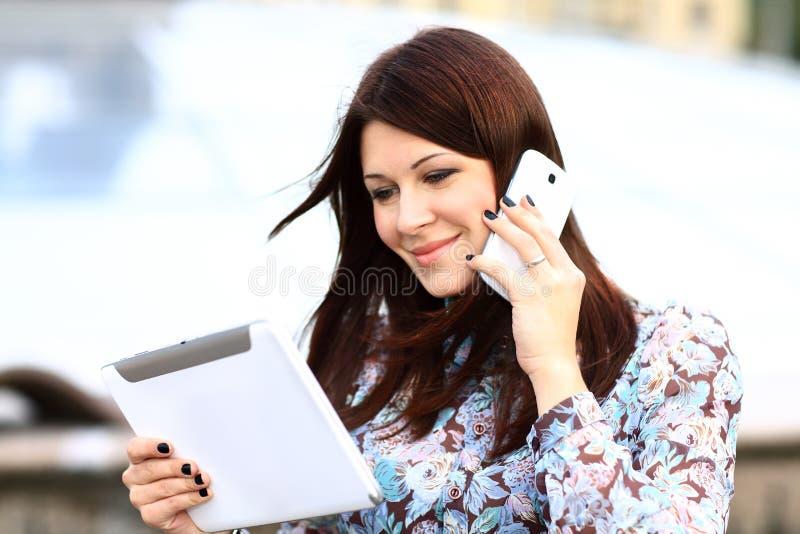 Download Gelukkige Slimme Onderneemster Op De Telefoon Stock Afbeelding - Afbeelding bestaande uit calling, vrolijk: 39111977
