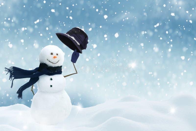 Gelukkige sneeuwman die zich in Kerstmislandschap bevinden royalty-vrije stock fotografie