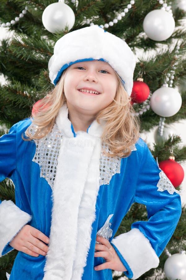 Gelukkige Snowmaiden bij de Kerstmisboom royalty-vrije stock afbeelding
