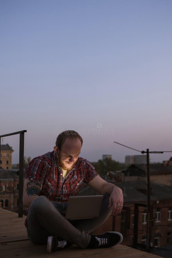 Gelukkige sociale media mededeling over dak stock afbeelding