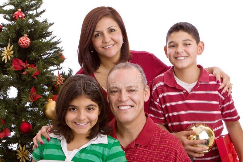 Gelukkige Spaanse familie die bij Kerstmis giften ruilen royalty-vrije stock foto