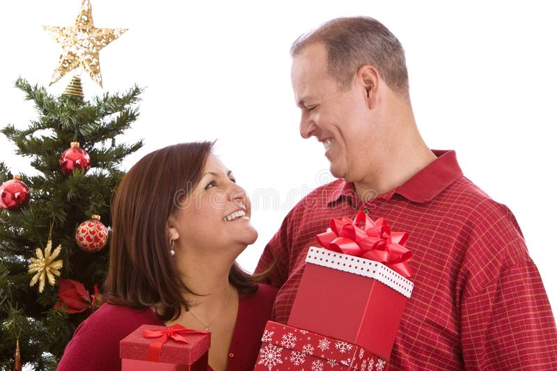 Gelukkige Spaanse familie die bij Kerstmis giften ruilen royalty-vrije stock foto's