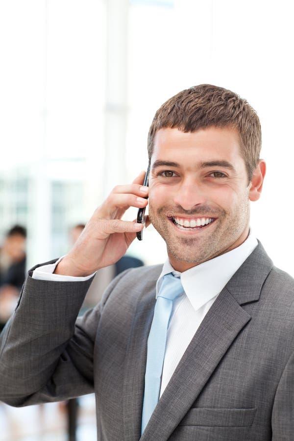 Gelukkige Spaanse zakenman op de telefoon stock afbeeldingen