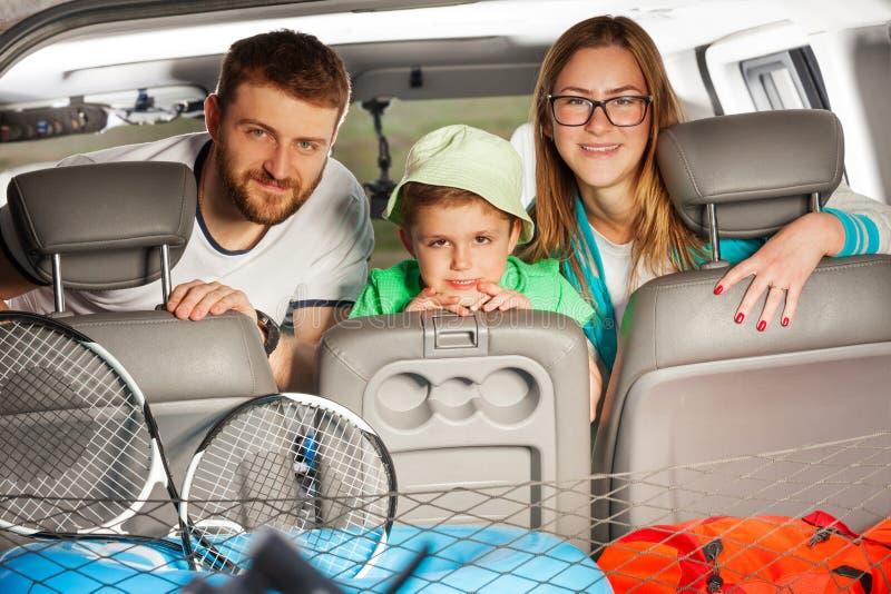 Gelukkige sportieve familie klaar voor een de zomervakantie stock foto
