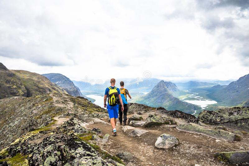 Gelukkige sportmens die in Bassegen wandelen noorwegen royalty-vrije stock afbeelding