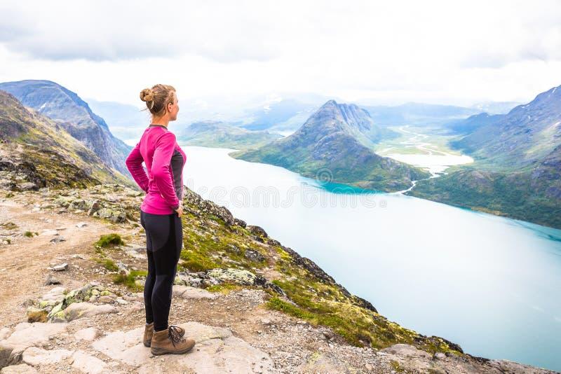 Gelukkige sportvrouw die in Bassegen wandelt noorwegen stock foto's