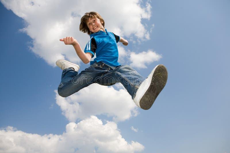 Gelukkige springende jongen royalty-vrije stock afbeeldingen