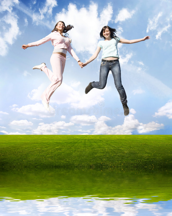 Gelukkige springende meisjes royalty-vrije stock fotografie