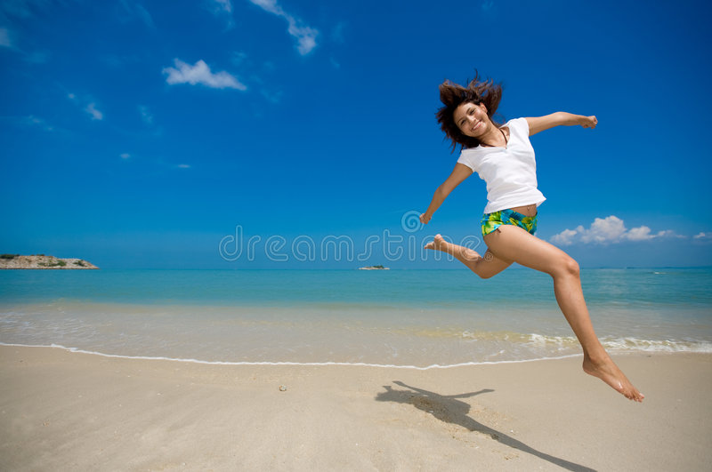 Gelukkige sprong bij het strand royalty-vrije stock foto