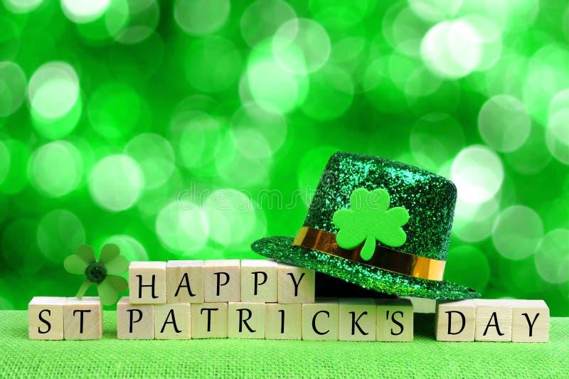 Gelukkige St Patricks Dagblokken, kabouterhoed over groen fonkelen royalty-vrije stock foto
