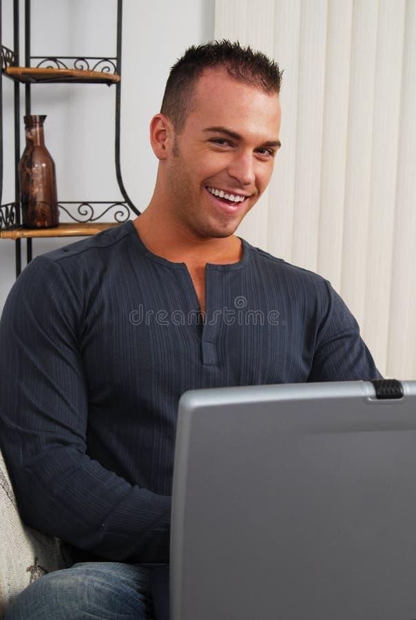 Gelukkige student met een computer stock foto
