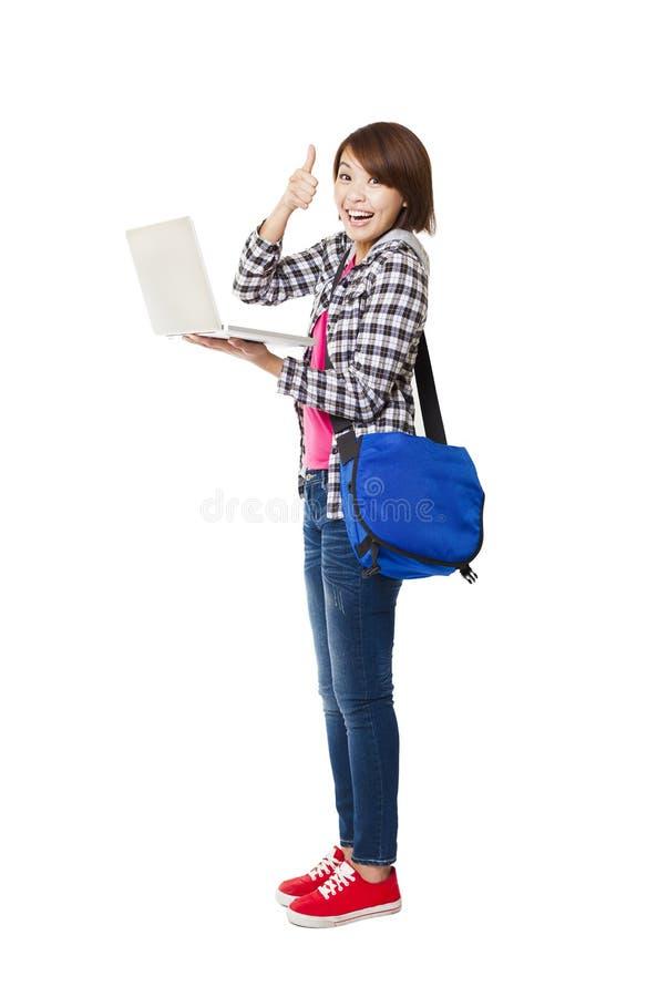 Gelukkige student met omhoog laptop en duim royalty-vrije stock afbeeldingen