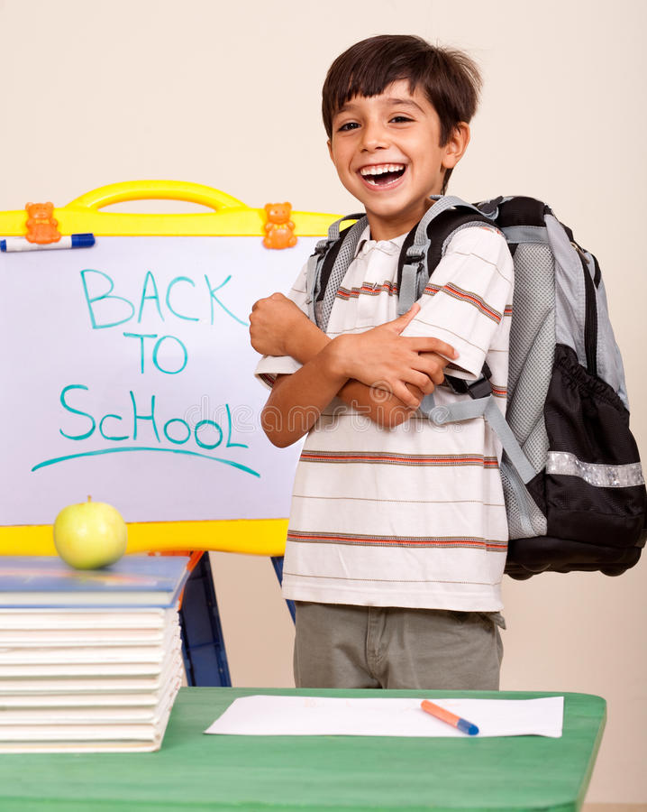 Gelukkige student in zijn klaslokaal stock fotografie