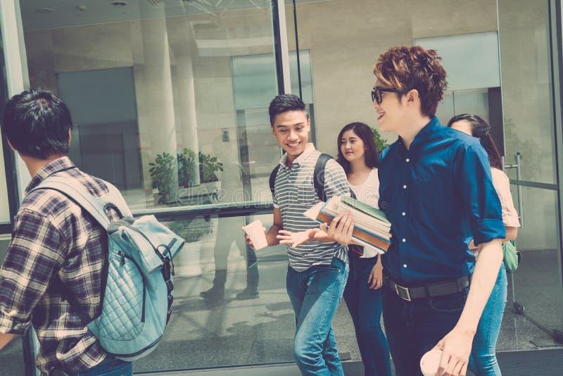 Gelukkige studenten stock fotografie