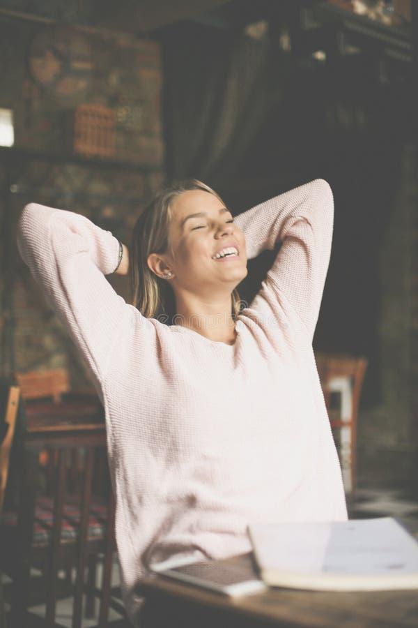 Gelukkige studentenzitting thuis en ontspannend na s stock fotografie