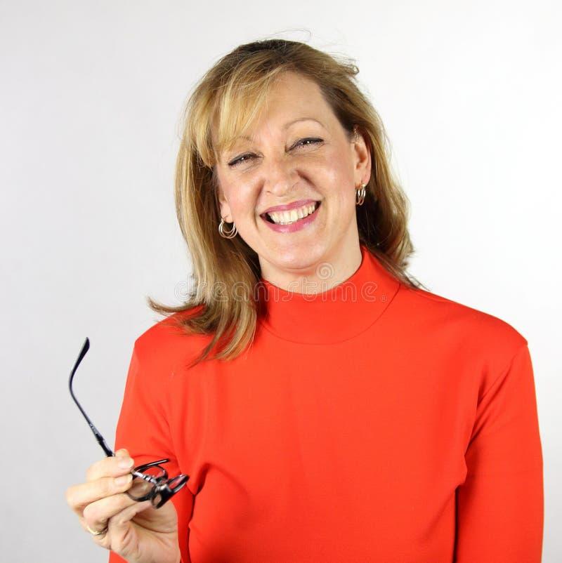 Gelukkige succesvolle bedrijfsvrouw met in hand bril stock afbeeldingen