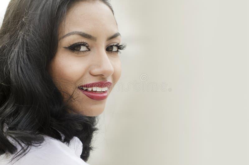 Gelukkige succesvolle glimlachende jonge vrouw royalty-vrije stock fotografie