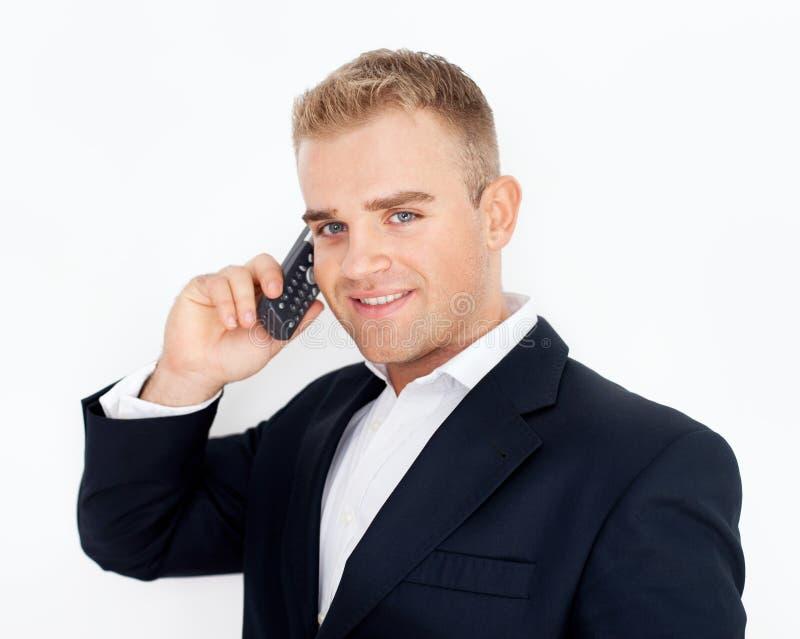 Gelukkige succesvolle jonge bedrijfsmens die op celtelefoon spreken stock foto