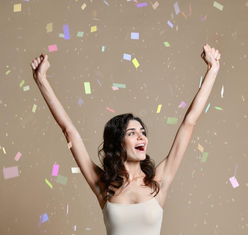 Gelukkige succesvolle jonge vrouw met opgeheven handen die en succes vieren schreeuwen royalty-vrije stock foto's
