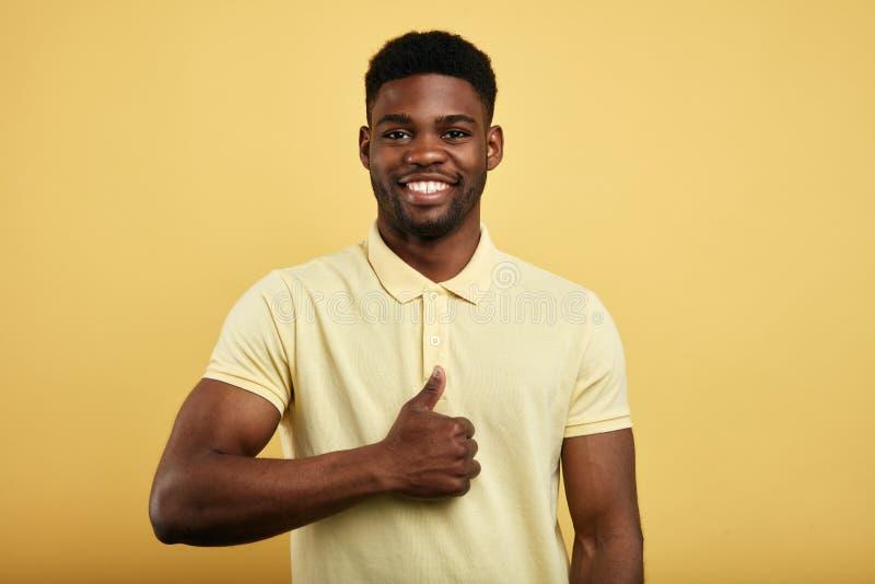 Gelukkige succesvolle kerel die duim toont stock afbeelding